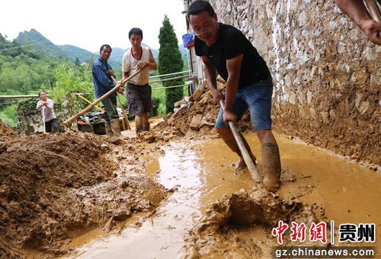 第一书记徐伟:脚下是泥土 群众是亲人