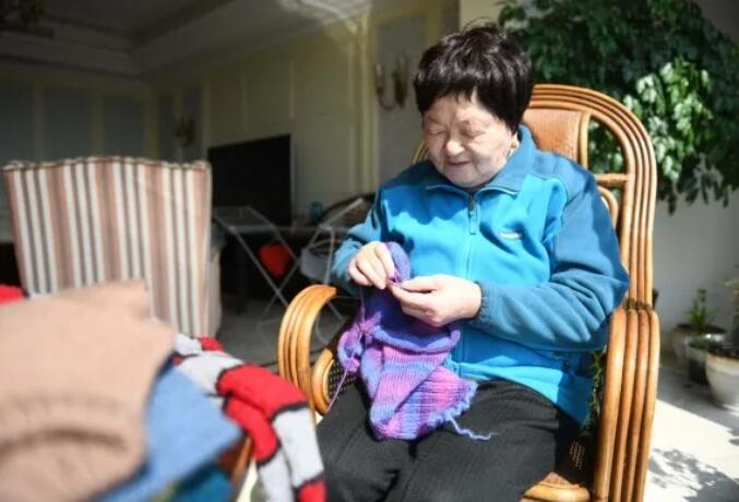 """韩翠菊""""毛衣奶奶""""15年坚持为贫困孩子""""织爱"""""""