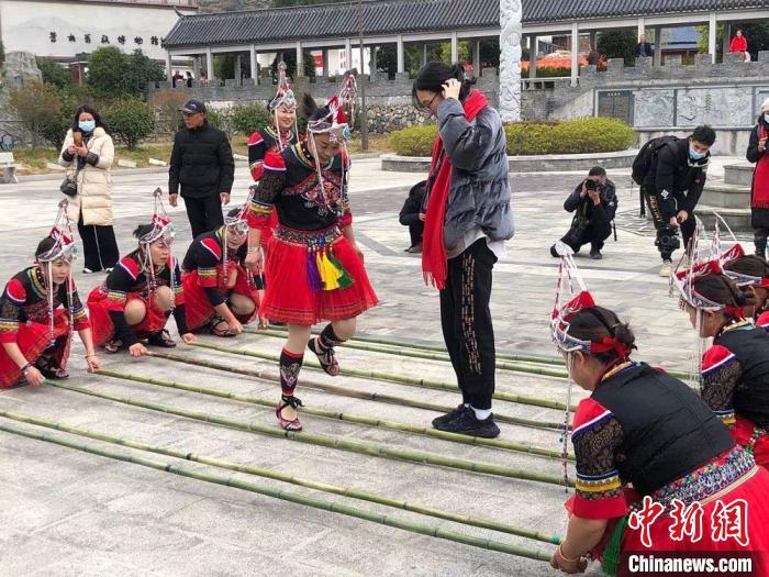 台胞跟随畲族姑娘体验竹竿舞。 潘沁文 摄