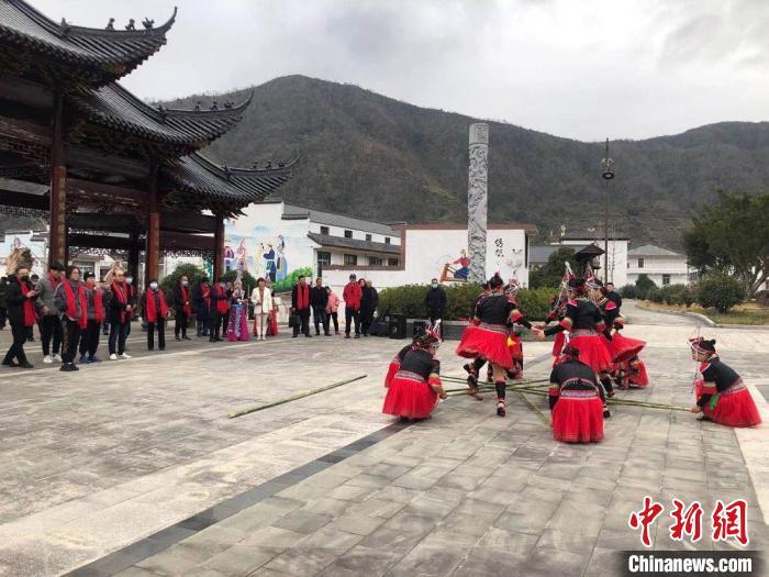 台胞观看畲族竹竿舞表演。 潘沁文 摄