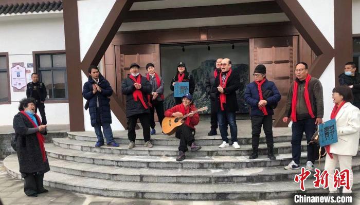 两岸同胞一同唱起台湾民谣《天黑黑》。 潘沁文 摄
