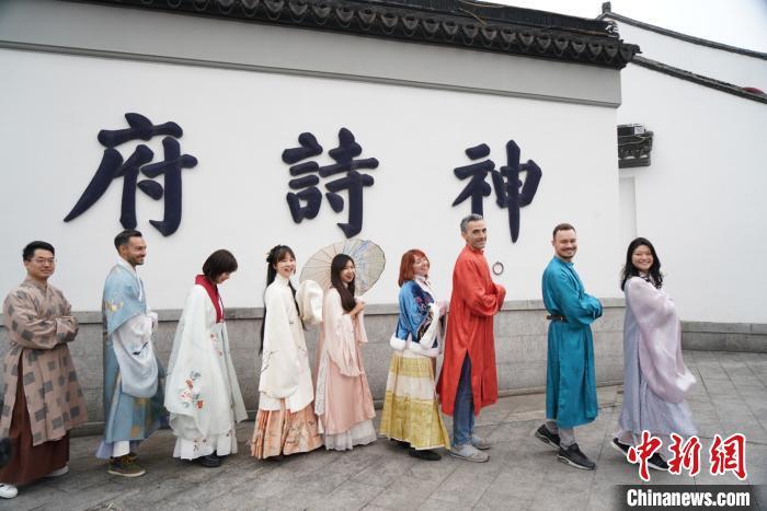 苏州交响乐团的中外乐手一同体验传统苏州年。 蒋文龙 摄