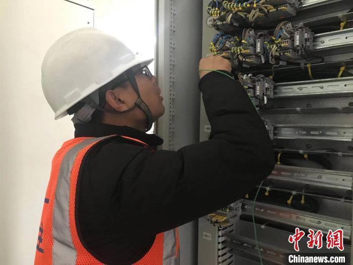 来自山西忻州的韩勇正在进行室内线缆导通实验。 刘鸿鹤 摄