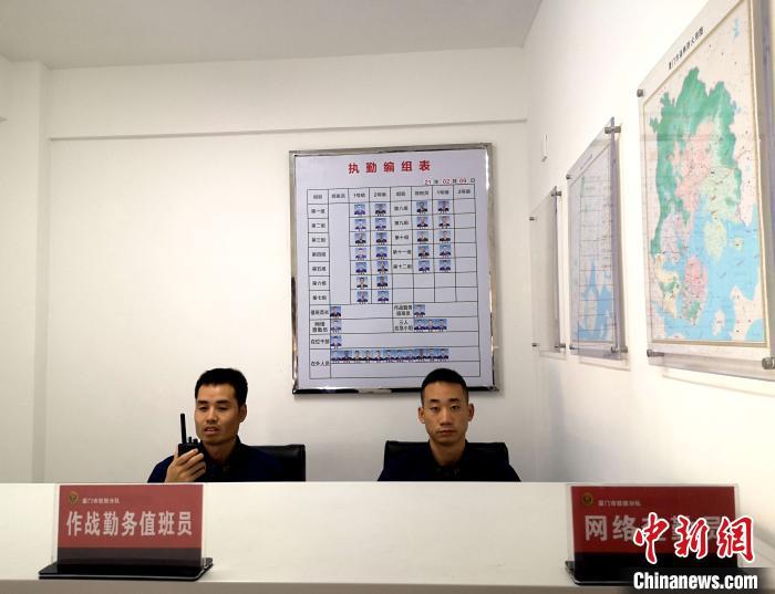 图为谢海(左)扎实做好战备值班。福建省森林消防总队厦门驻防分队 供图