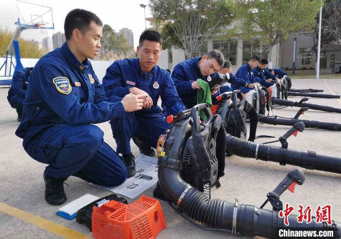 图为驻防分队指战员做好灭火机具维护保养。福建省森林消防总队厦门驻防分队 供图