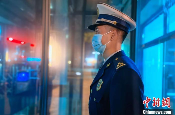 图为除夕夜,谢海坚守在哨位上认真履职。福建省森林消防总队厦门驻防分队 供图