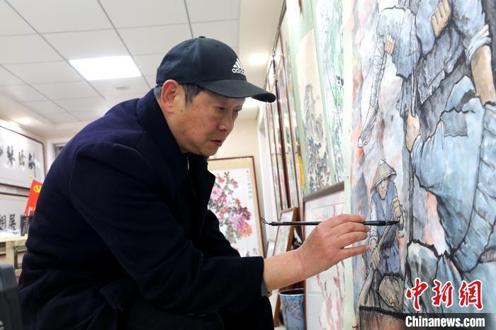 胡香强正在对画作《血染襄河》进行最后的打磨 李勤 摄