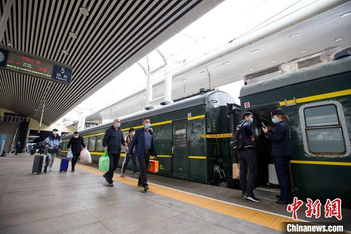 全国铁路迎返程客流高峰 4月5日预计发送旅客1425万人次
