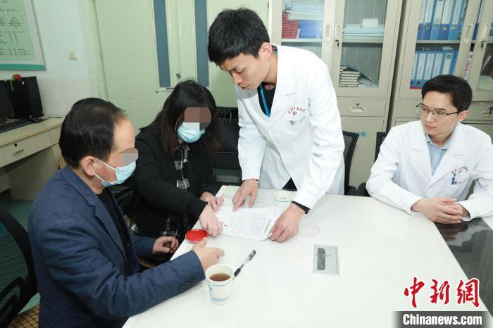 王强的父母在器官捐献协议书上签字 李晗 摄