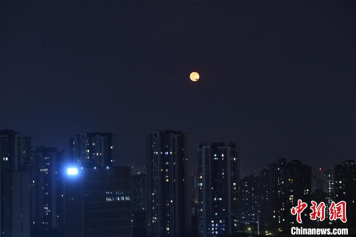 """重庆夜空现""""超级月亮"""""""