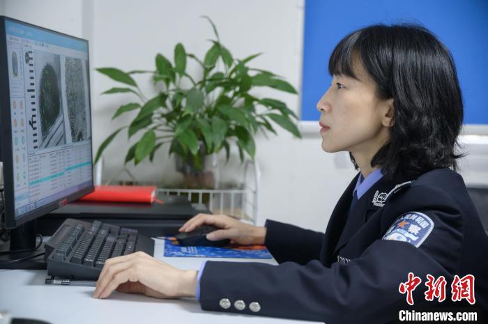 """刑侦女警蔡云:在指纹""""迷宫""""中破解真相"""